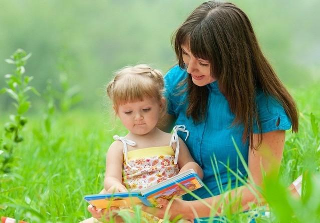 мама-читает-дочке-сказку